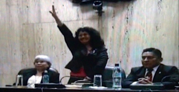 Judge Iris Yassmin Barrios salutes the crowd after delivering the guilty verdict to former Guatemalan President Efraín Ríos Montt. (Screenshot: Asociacion Comunicarte)